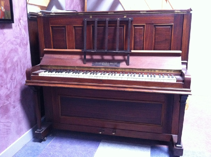 Photo : Piano    droit    Wallis & Sons cadre metal