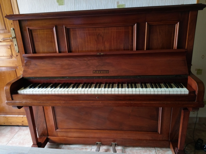 Photo : Piano   droit    ancien marque KIRWOOD