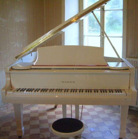 Photo annonce Piano  Samick   1 4 de queue blanc + tabouret