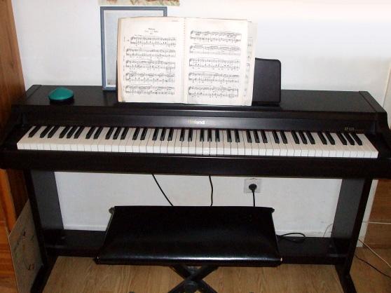 photo piano roland chaise et metronome instruments de musique annonce trocmusic. Black Bedroom Furniture Sets. Home Design Ideas